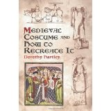 Couverture de  Medieval costume and how to recreate it